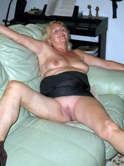 Mature milf loves to show her bare wet..